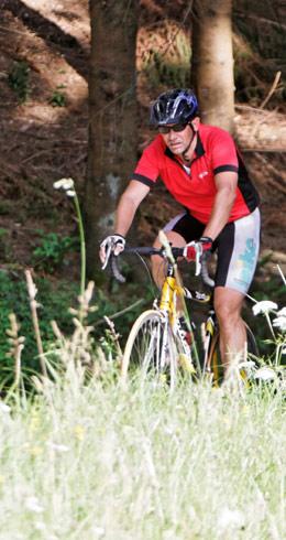 Radfahrer fährt durch den Wald